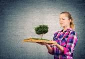 девочка с книгой — Стоковое фото