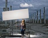 Vrouw met banner — Stockfoto