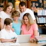 familia en biblioteca — Foto de Stock   #70634403