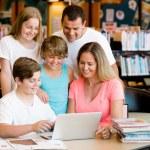 familia en biblioteca — Foto de Stock   #70709161