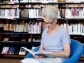 Taking her time with new books — Stockfoto