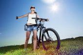 Летом велосипед ходьбы — Стоковое фото