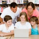 familia en biblioteca — Foto de Stock   #70964631