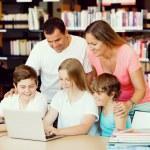 Семья в библиотеке — Стоковое фото #70964639