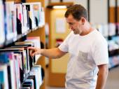 Man in library — Stock Photo