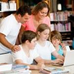 Семья в библиотеке — Стоковое фото #71470347