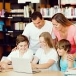 Семья в библиотеке — Стоковое фото #71470349