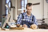 Zimmermann bei der Arbeit — Stockfoto