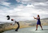 Deux hommes d'affaires se battre avec l'autre — Photo