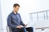 Man browsing web — Stock Photo