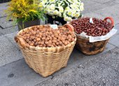 Walnut and chestnut in baskets — Stockfoto