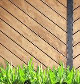 Летом трава и старые деревянные доски — Стоковое фото
