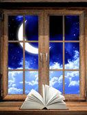 Otwórz książkę na parapecie — Zdjęcie stockowe
