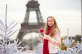在巴黎的焦糖苹果的女孩 — 图库照片