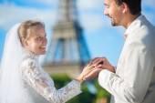 Bruden och brudgummen utbyter ringar — Stockfoto