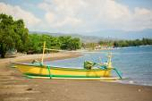 Outrigger boat ot the beach in Lovina, Bali — Stock Photo