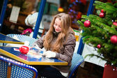 Ragazza scrivendo cartoline di Natale in un caffè — Foto Stock