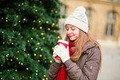 Ragazza, bere il caffè vicino albero di natale — Foto Stock