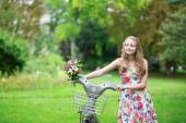 Hermosa joven con bicicleta — Foto de Stock
