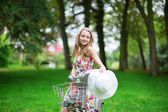 Young girl spending her time in the countryside — Stock fotografie