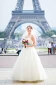 Felice giovane bella sposa a parigi — Foto Stock