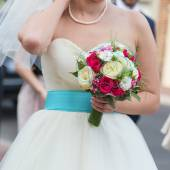 Young bride holding beautiful wedding bouquet — Stock fotografie