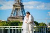 Beautiful just married couple in Paris — Stock Photo