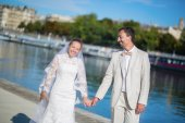 Just married couple on the Seine embankment — Foto Stock