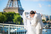 Bride and groom in Paris, near the Eiffel tower — Stock Photo