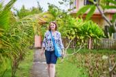 Tourist walking near the rice fields in Ubud, Bali — Stock Photo