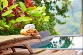 Towels with white frangipani flowers near the pool — Stock Photo