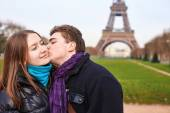 Young couple spending Valentine's day in Paris — Stock Photo