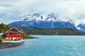 Red house on Pehoe lake in Torres del Paine — Stock Photo