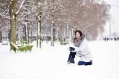 Girl enjoying rare snowy winter day in Paris — Stock Photo