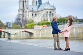 Dating couple on the Seine embankment in Paris — Stock Photo