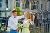 Happy just married couple on Montmarte in Paris — Stock Photo