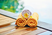 Towels with frangipani flowers in Balinese spa  — Stock Photo