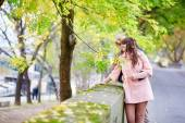 Young dating couple in Paris on a nice spring day — Stock Photo