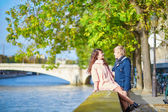 Dating couple in Paris on a nice spring day — Stockfoto