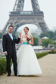 Just married couple in Paris near — Stock Photo