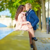 Dating couple in Paris on a spring day — Stock Photo