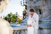 在亚历山大三世桥上只是已婚的夫妇 — 图库照片