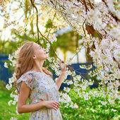 桜の庭で若い女性 — ストック写真
