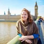 Young tourist in London on Westminster bridge — Stock Photo