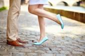 Masculinas e femininas as pernas durante um encontro — Fotografia Stock