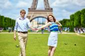 Couple dancing in Paris near the Eiffel tower — Stock Photo