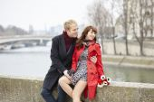Couple at the Parisian embankment at misty day — Stock Photo