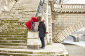 Couple kissing on a Parisian embankment — Stock Photo