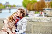 Couple in Paris, on the Seine embankment — Stock Photo
