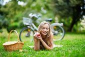 Ung flicka spenderar sin tid på landsbygden — Stockfoto